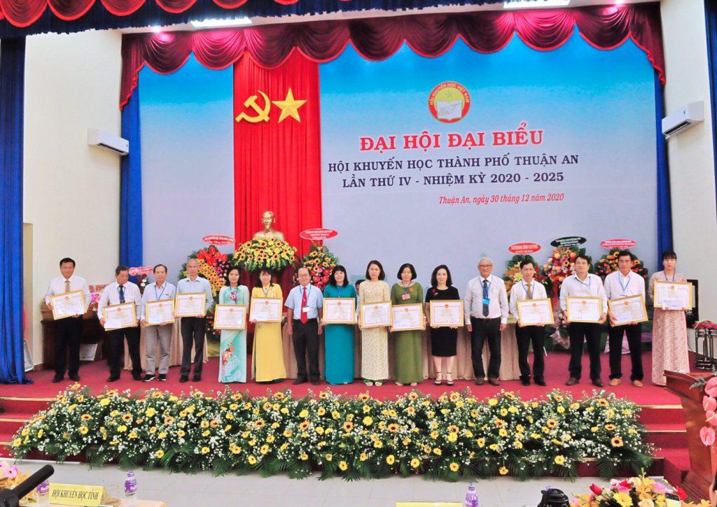 Khen thưởng những cá nhân đạt thành tích xây dựng, đóng góp cho Hội Khuyến học nhiệm kỳ 2015 - 2020